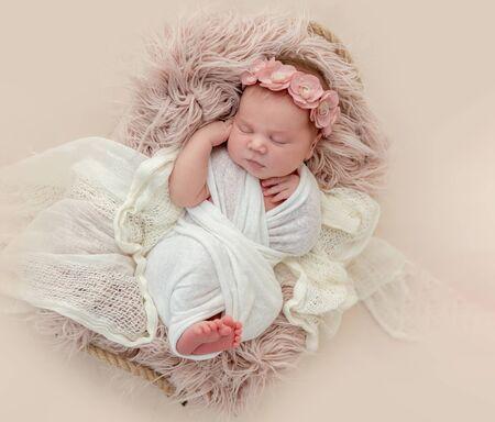 newborn girl sleeping sweetly 免版税图像