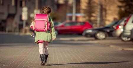 mała dziewczynka idzie do szkoły