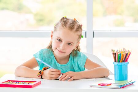 Schulmädchen lächelt Standard-Bild