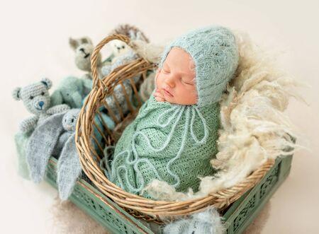 Newborn boy wrapped in a blanket Archivio Fotografico - 130854671