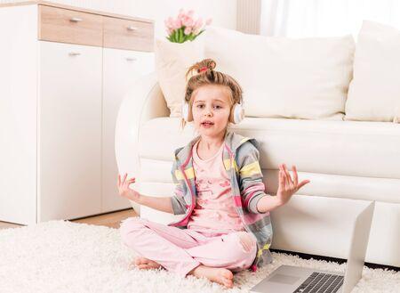 Klein meisje neemt video op
