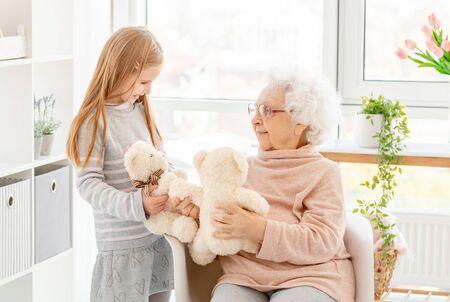 Kleines Mädchen, das mit Großmutter spielt