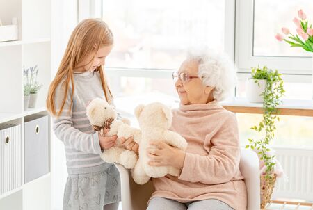 Mała dziewczynka bawi się z babcią