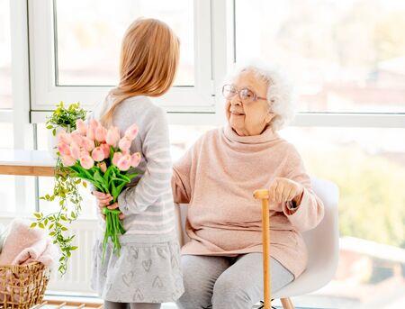 Blumenstrauß für ältere Frau