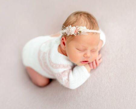Hermoso recién nacido soñando Foto de archivo