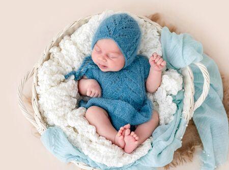 Schönes Neugeborenes mit herausgestreckter Zunge