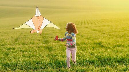 Little girl with flying kite 免版税图像