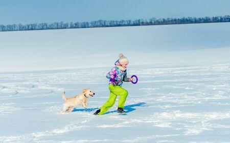 Girl throwing ring to dog 免版税图像