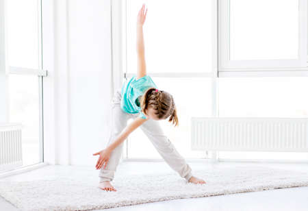 Sporty girl doing windmill exercise Banque d'images