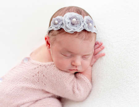 Cute newborn sleeping on stomach Foto de archivo - 152201761