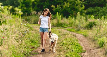 Cute little girl running with dog Foto de archivo - 152735462