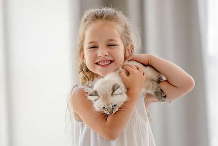 Girl with ragdoll kitten Archivio Fotografico