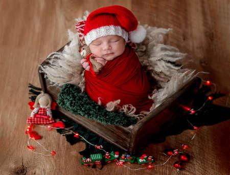 Cute newborn baby wearing santa hat Banque d'images