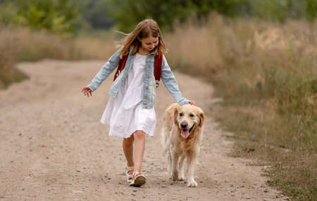 Girl with golden retriever dog Banque d'images