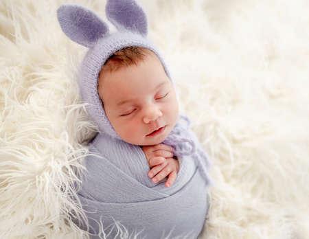 Newborn girl studio portrait Banque d'images