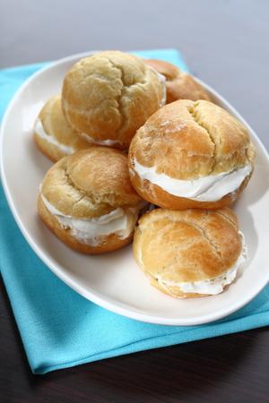 choux bun: Profiteroles with cream caramel sauce