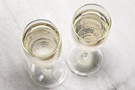 deux verres de champagne dans une vue de dessus close-up.