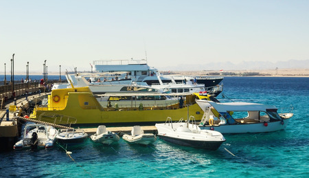 bandera de egipto: Tourist yachts and boats near the pier in Hurghada. Egypt..