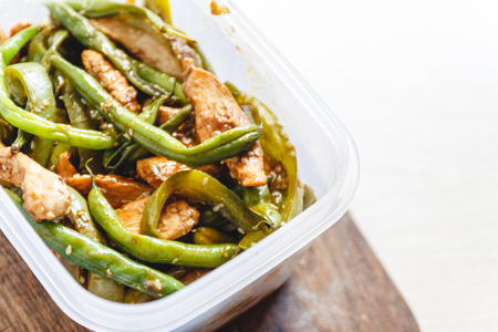 Chicken stew and green beans in plastic ovens for cold storage or freezing Reklamní fotografie - 122982709