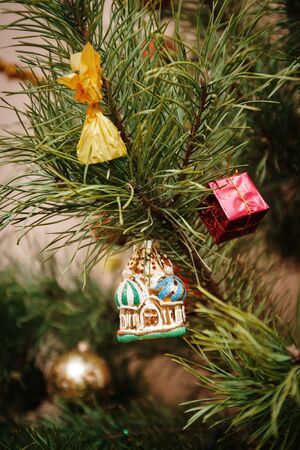 Christmas tree toy house, Christmas toy, life style, garland with lights. Foto de archivo - 130757649