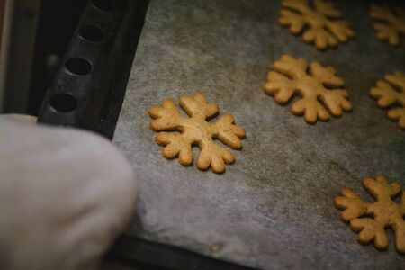 to get gingerbread cookies in the form of snowflakes from a oven mitt