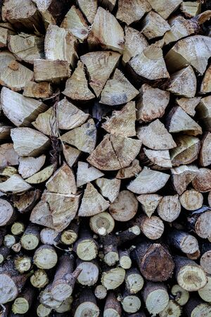 Background with stacked stacked firewood. Winter blanks for collapse and heating Banque d'images