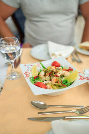 Turkish style salad with shrimps, gherkins and vegetables on a plate. Serving in a Turkish restaurant Zdjęcie Seryjne