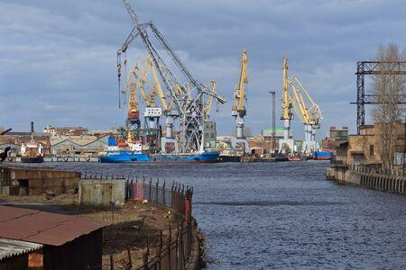 industrial landscape: paesaggio industriale con cantieri navali, imbarcazioni e gru