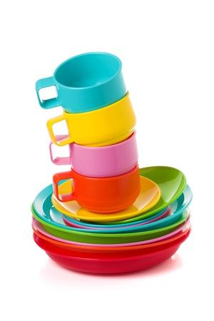 Stapel von Kunststoff corlorful Tassen und Teller - ideal für Picknick auf weiß isoliert Standard-Bild - 18030337