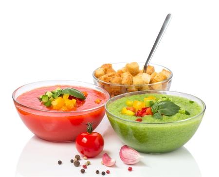 Köstliche kalte rote und grüne Gazpacho-Suppe mit Knoblauch-Croutons in Schalen Standard-Bild - 19224685