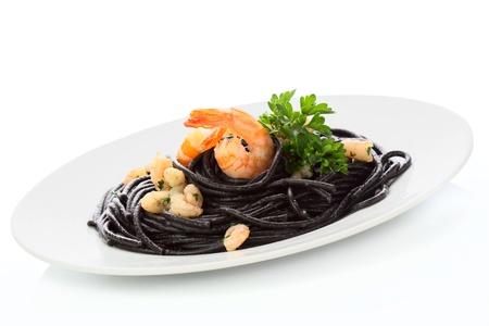 Schwarze Spaghetti mit Garnelen, isoliert auf weiss Standard-Bild - 19879800