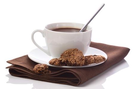 Heiße Schokolade in weißen Tasse auf Brawn Serviette isoliert auf weiß Standard-Bild - 20233830