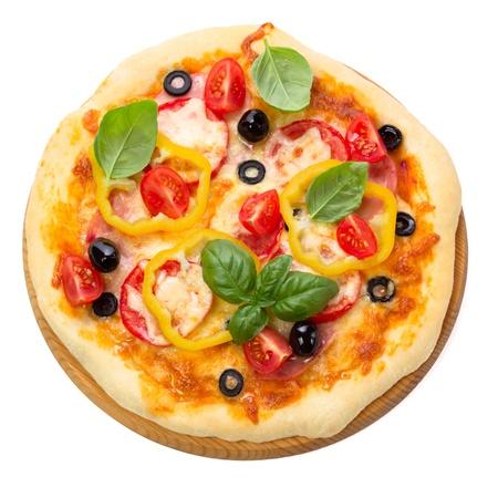 pizza: Pizza con jam�n, tomate y aceitunas aislados sobre fondo blanco. Vista superior.