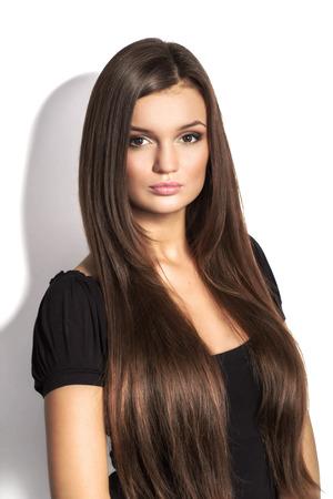 Portret van mooie vrouw met lang bruin haar op een witte achtergrond Stockfoto