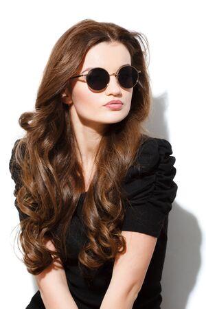 Closeup Porträt der jungen hübschen Frau im Sommer sonnigen Tag Standard-Bild - 40191334
