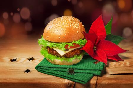 Frische Hamburger und Weihnachtsdekor mit Poinsettia Blume. Standard-Bild - 49849674