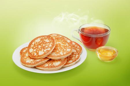 Stapel von frisch gebackenen Pfannkuchen mit Butter, Honig und heißem Tee. Standard-Bild - 54902771