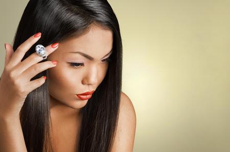 Asiatische Frau Schönheit Gesicht Nahaufnahme. Schönes attraktives Mädchen mit dem langen glänzenden dunklen Haaren. Natürliche Make-up, dunkle Hintergrund. Standard-Bild - 56269974