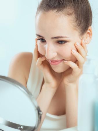 Portrait einer netten Frau, brünett ihre Backen berührt durch ihr beide Hände Standard-Bild - 63947142