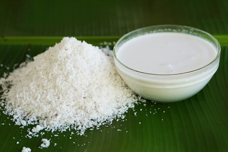 grated coconut with coconut milk on the banana leave Фото со стока - 33099106