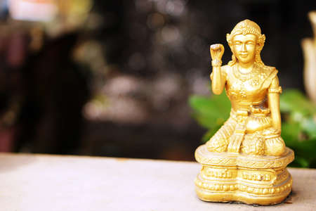 se�al de silencio: la estatua de mujer haciendo se�as mont�n feliz y suerte en Foto de archivo