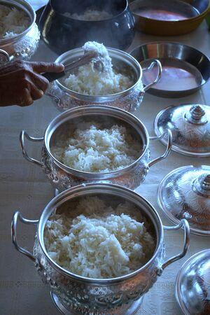 limosna: poner el arroz para las ofrendas en cuenco de las limosnas de un monje budista Foto de archivo