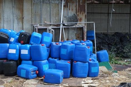 residuos toxicos: grupo de contenedores química azul en la fábrica