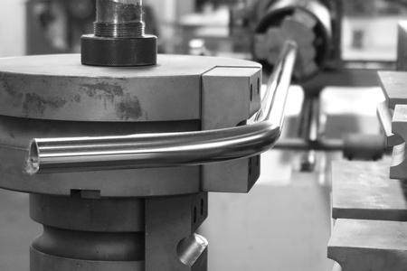 close-up buis buigmachine in de fabriek