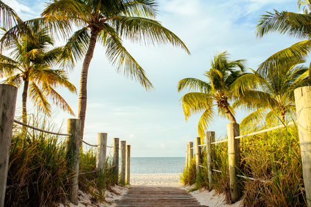 A wooden walk way to the beach at Key West, Florida, USA. Imagens