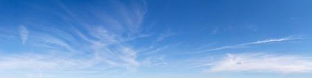 Panoramisch hemel op een zonnige dag.