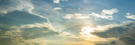 Zon opkomen en zon hemel met wolken, panoramisch beeld.