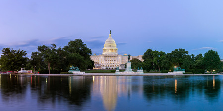 국회 의사당 반영 풀, 워싱턴 DC, 미국에서에서 본 미국 동상 국회 의사당의 파노라마. 스톡 콘텐츠