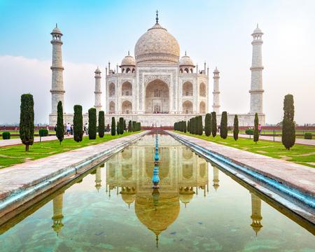 Taj Mahal Vorderansicht reflektiert auf dem Reflexionsbecken, einem elfenbeinweißen Marmormausoleum am Südufer des Yamuna-Flusses in Agra, Uttar Pradesh, Indien. Eines der sieben Weltwunder.