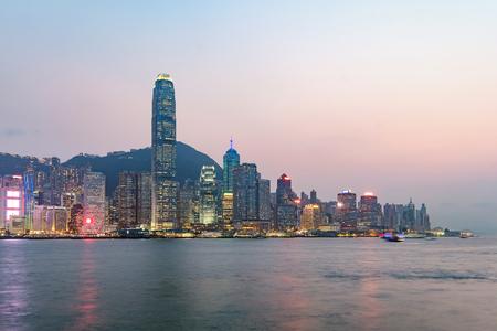 중국 홍콩 구룡에서 본 저녁 홍콩 스카이라인. 스톡 콘텐츠